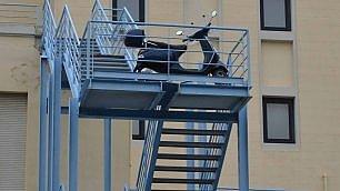 Scooter sulle scale antincendio mistero al Policlinico -   video