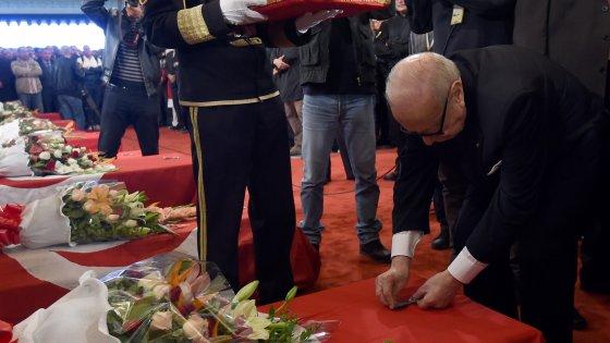 Tunisia, l'Is rivendica l'attentato al bus della guardia presidenziale