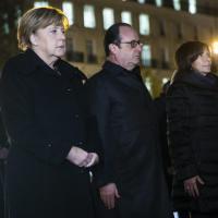 Terrorismo, Hollande e Merkel rendono omaggio a vittime in place de la République