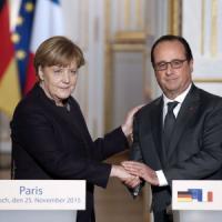 """Terrorismo, Hollande a Merkel: """"Fare di più"""" contro Is. Cancelliera: """"Soldati tedeschi in..."""