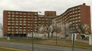 L'implosione controllata il dormitorio viene giù in 10''