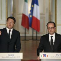 """Renzi a Parigi da Hollande: """"Uniti contro il terrorismo"""""""