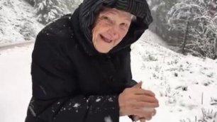 L'emozione della neve non ha età la gioia della signora di 101 anni