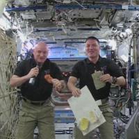 Americani nello spazio: il pasto del 'Ringraziamento' è sacro, la preparazione degli astronauti