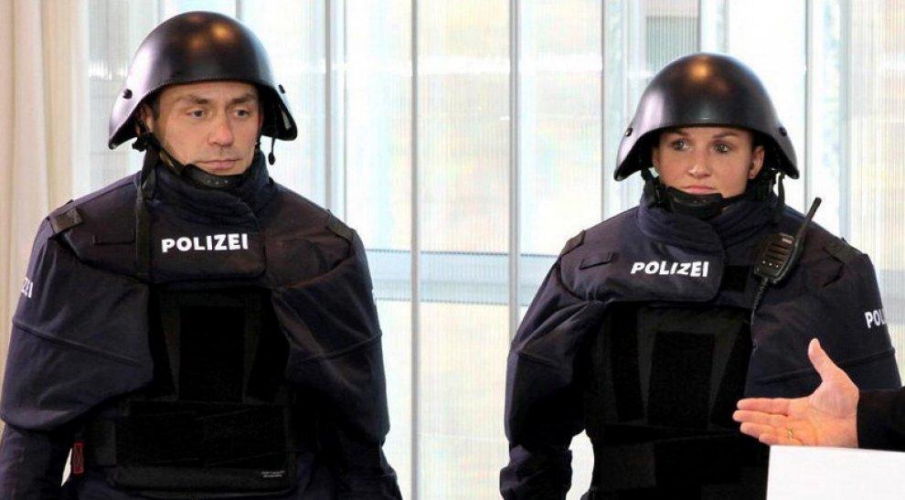 """Germania, le nuove uniformi della polizia scatenano il web. """"Sono come Darth Vader"""""""