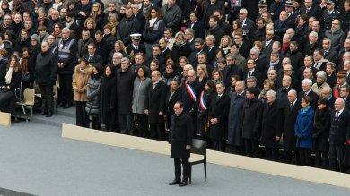 """Il saluto di Parigi, Hollande: """"Uccisi   video   in nome di un dio tradito""""   video"""