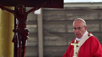 """Il Papa in Uganda  in ricordo dei martiri  """"Potere terreno non dà gioia""""   video"""