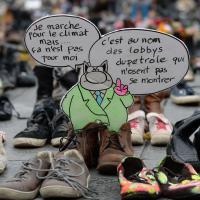Parigi, Conferenza sul clima: le scarpe degli attivisti al centro di Parigi