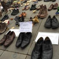 Conferenza sul clima, le scarpe di papa Francesco tra quelle degli attivisti a Parigi