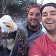 Salvano aquila da trappola Il selfie prima di liberarla