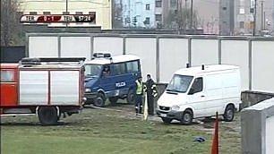 C'è da soccorrere un calciatore I pompieri trainano l'ambulanza
