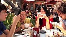 Smartphone durante i pasti, solo il 43%  degli europei non li usa