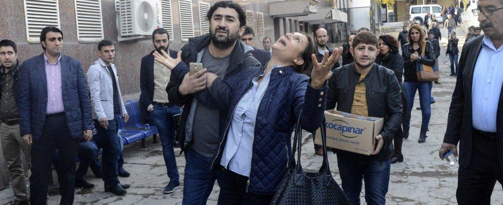 """Diyarbakir in piazza per i funerali di Tahir Elci: """"Martiri non muoiono"""". Accuse al governo turco"""
