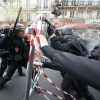 Parigi, corteo contro Cop21: scontri tra manifestanti e polizia