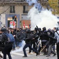 """Parigi, conferenza sul clima. Marcia vietata: cariche e disordini. Hollande: """"Scandaloso"""""""