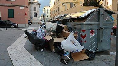 Livorno travolta dai rifiuti, battaglia  tra sindaco M5S e Azienda decoro   foto