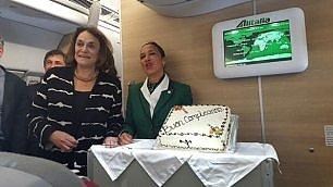 Compleanno di hostess e reporter E il Papa offre una torta sull'aereo