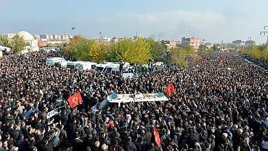 Turchia, la rabbia curda al funerale di Elci inni pro Pkk e slogan contro Erdogan