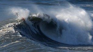 L'allenamento è da brivido surfisti nelle onde Praia do Norte