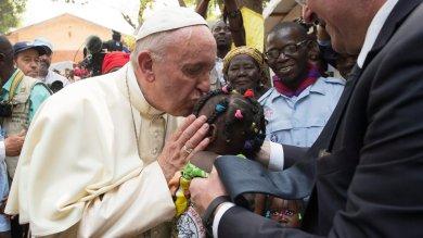 """Viaggio in Africa, Papa tornato a Roma """"Fondamentalismo anche tra i cattolici"""""""