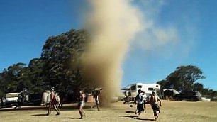 Mini tornado al festival I ragazzi ci ballano dentro