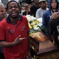 Brasile: auto crivellata da colpi della polizia, uccisi 5 giovani