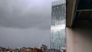 Rumore inquietante a Manchester C'è vento e il grattacielo suona