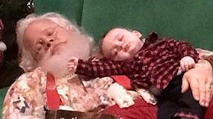 La fila per la foto è troppo lunga il bimbo crolla con Santa Claus