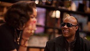 Stevie Wonder e Andra Day duetto natalizio per lo spot