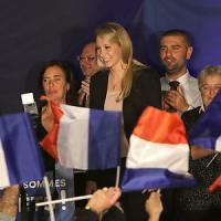 La giovane Marion Le Pen vola nel feudo della Provenza, tra teste rasate e champagne:
