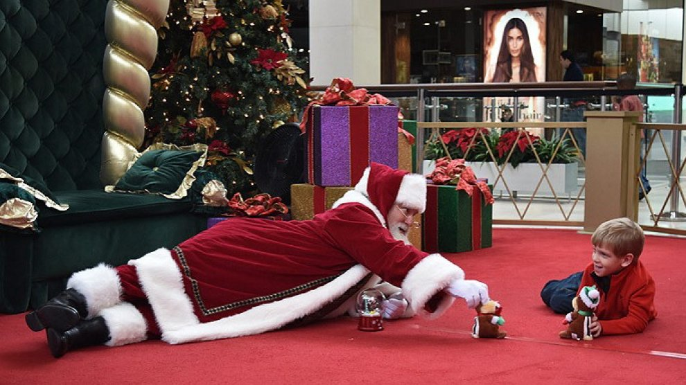 Immagini Natale Usa.Usa Babbo Natale E Il Bimbo Autistico Tutti Giu Per Terra A