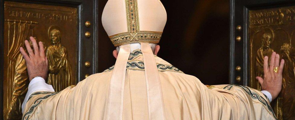 Giubileo, papa Francesco apre la Porta Santa di San Pietro: abbraccio con Benedetto XVI