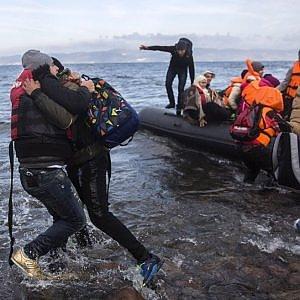 """Grecia, affonda barcone: morti 11 migranti fra cui 5 bambini. Migrantes: """"In un anno strage di 700 minori"""""""