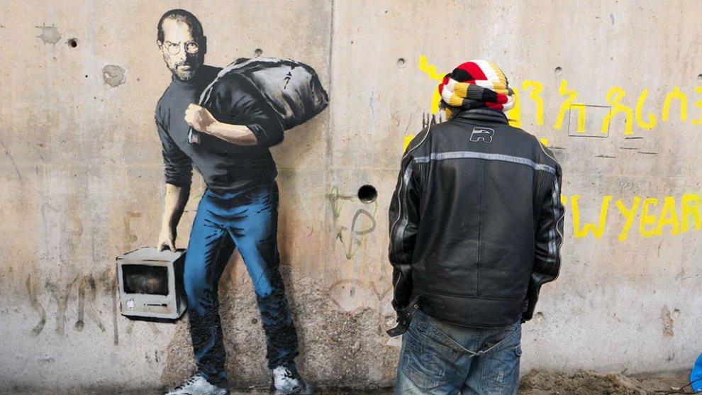 Nuovo graffito di Banksy: Steve Jobs nel campo profughi di Calais
