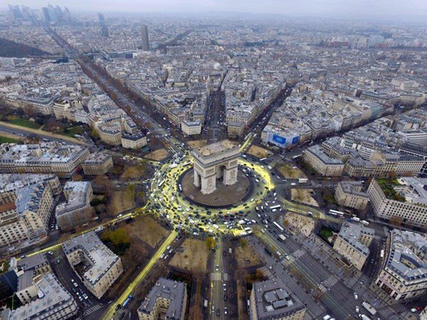 Cop21, Parigi si tinge di giallo: protesta Greenpeace sull'Arco di Trionfo