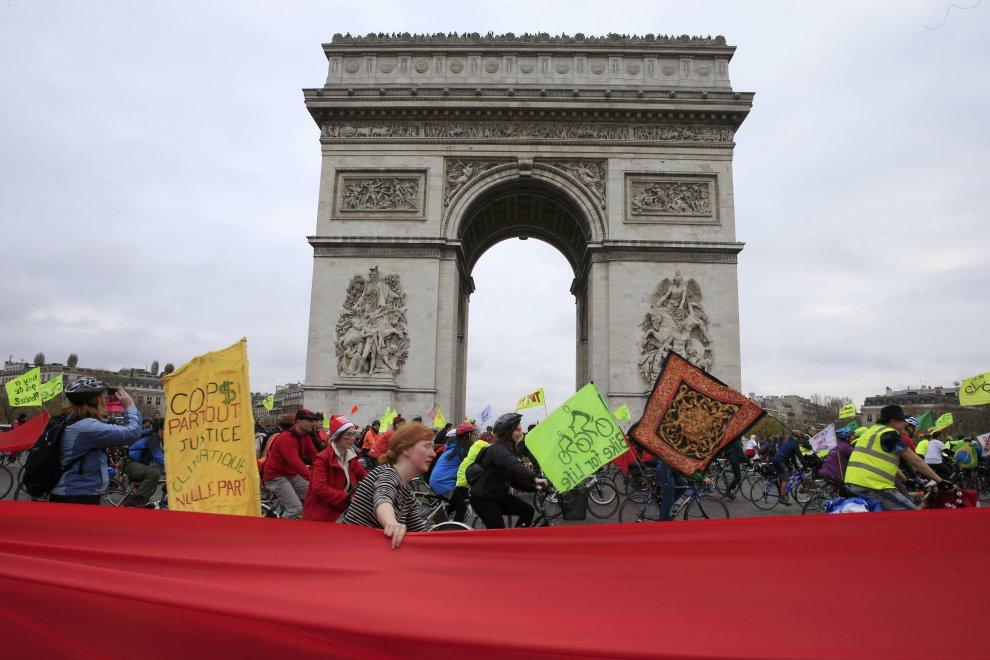 Cop21, la linea rossa degli attivisti nel centro di Parigi