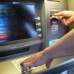 Truffe con Bancomat e carte: ecco come salvarsi, anche sul web