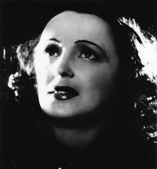 """Una voce attraversa """"La vie en rose"""": cento anni di Edith Piaf"""