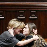 Mozione di sfiducia, il sostegno dei colleghi al ministro Boschi