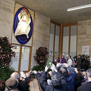 """Giubileo, papa Francesco apre la Porta dei poveri alla Caritas di Roma: """"Il Cielo non si compra con i soldi"""""""
