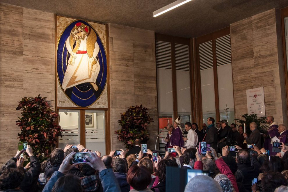Il Giubileo di papa Francesco tra i poveri: apre la Porta all'ostello Caritas di Roma