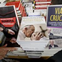 Vaticano, il cardinal Bertone risarcisce il