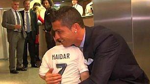 Ronaldo abbraccia Haidar orfano delle bombe di Beirut