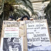 Salva banche, risparmiatori in piazza contro Bankitalia e governo