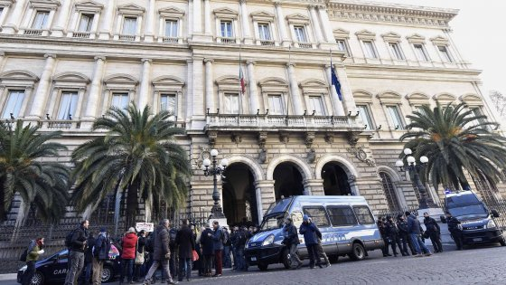 Salva banche, i risparmiatori in piazza contro il decreto