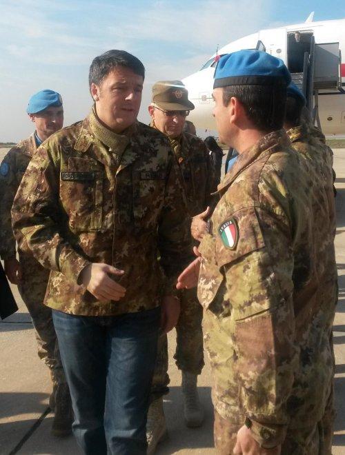 Da Renzi a Bush, quando il politico si veste da militare