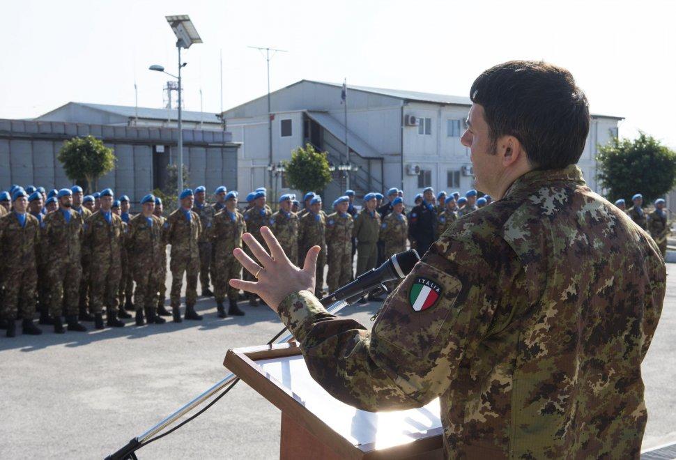Libano renzi in mimetica incontra il contingente italiano for Dove ha sede il parlamento italiano