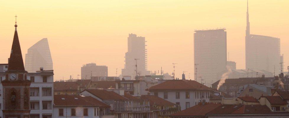 """Emergenza smog diventa un caso politico. Il ministro: """"Serve risposta di sistema"""". Grillo: """"Governo passeggia sui corpi di 68mila italiani"""""""