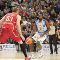 Basket: Reggio Emilia aggancia Milano, Sassari ferma Pistoia