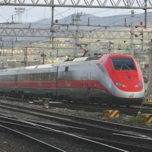 """Frecciarossa Napoli-Milano fermo per guasto, passeggeri al buio e al freddo per ore: """"Sono chiusi anche i bagni"""""""